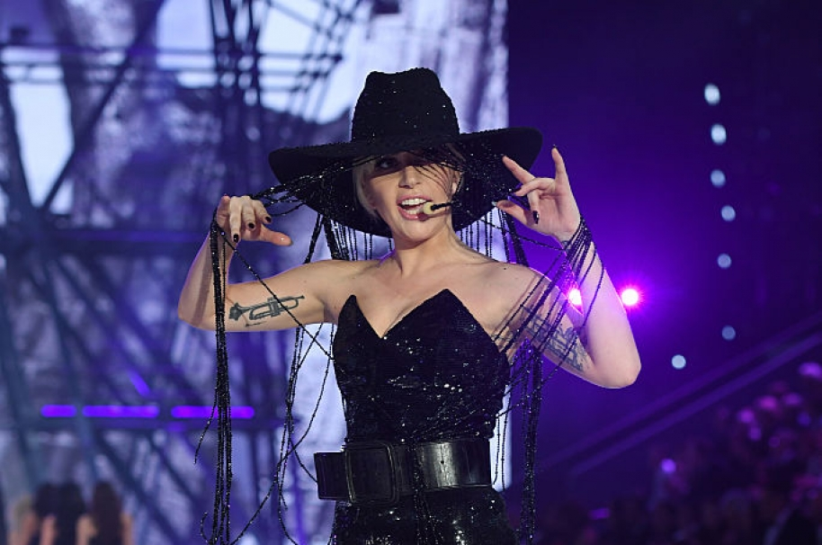 Lady Gaga sombrero desfile Victoria's Secret