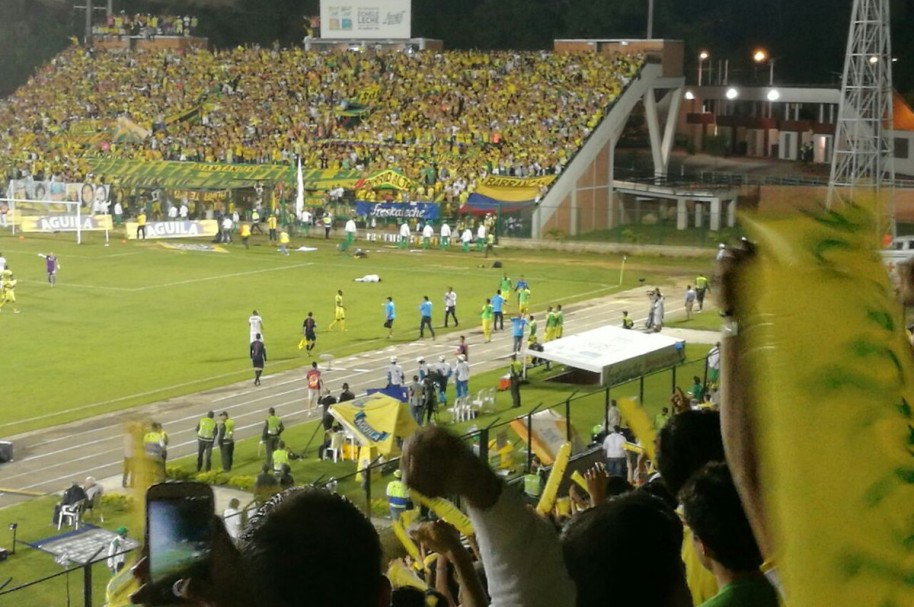 Hinchas del Bucaramanga celebran el gol de Guevgozian