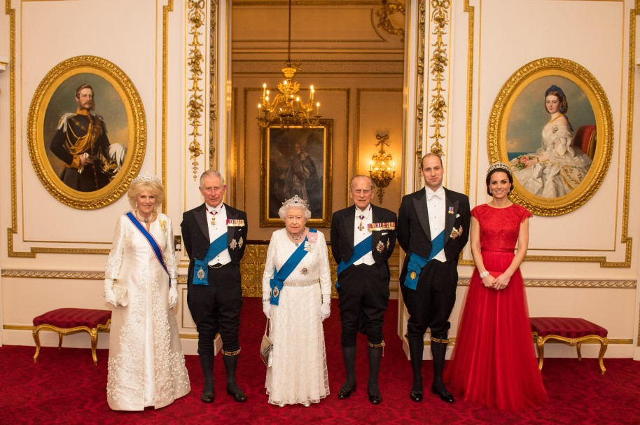 Camilla, Duquesa de Cornwall, Príncipe Carlos, Príncipe de Wales, Reina Isabel II, Príncipe Philip, Duque de Edinburgh, Príncipe William, Duque de Cambridge y Kate Middleton, Duquesa de Cambridge