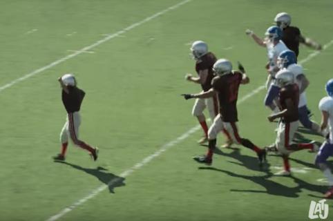 Broma de niño con enfermedad de corazón que intenta hacer un 'touchdown'. Pulzo.com