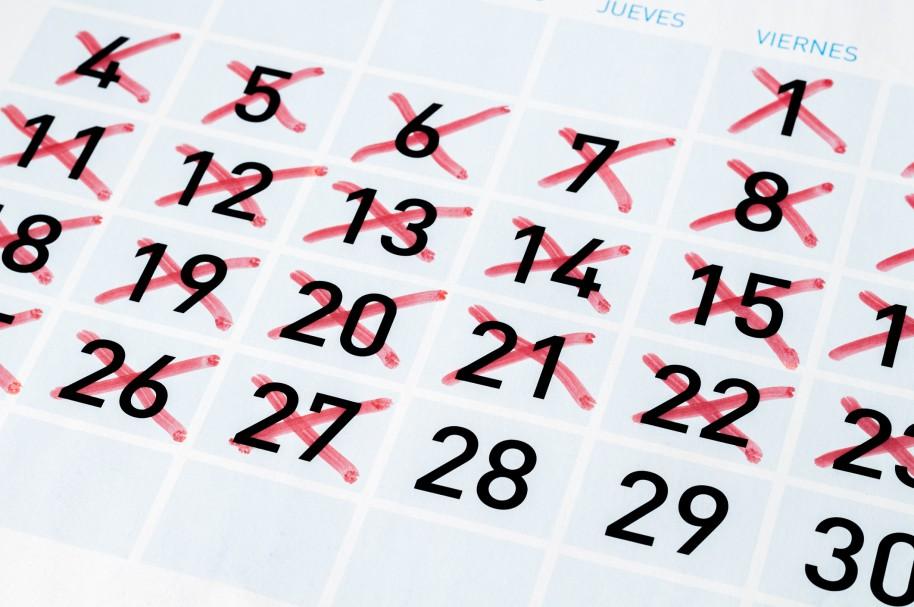 Hoja de calendario con fechas tachadas