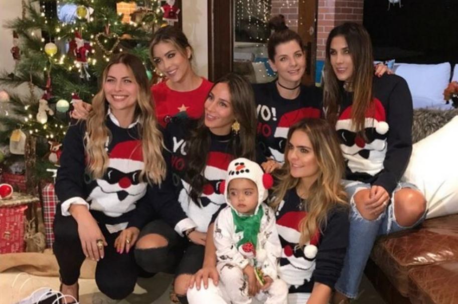 Daniela Ospina, Carolina Cruz, Vaneza Pelaez y algunas de sus amigas en novena navideña.