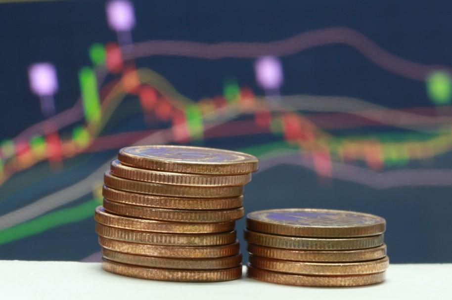 Monedas y un cartel de previsiones