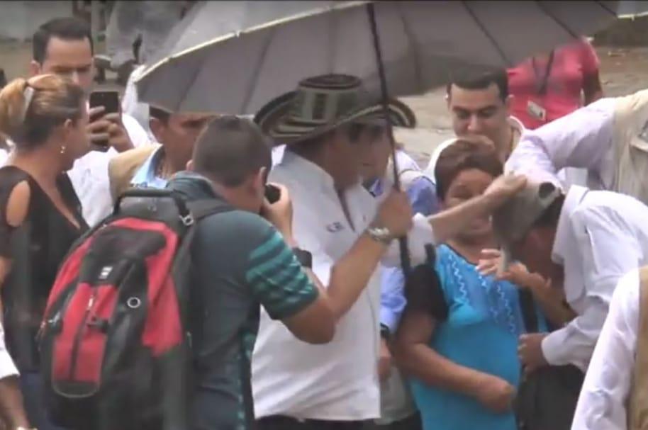 Momento en que Germán Vargas Lleras golpea a su escolta.