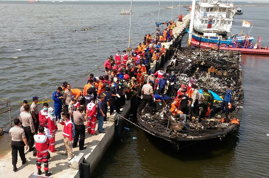 Barco incinerado en Indonesia
