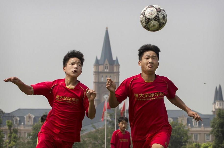 Niños China jugando fútbol
