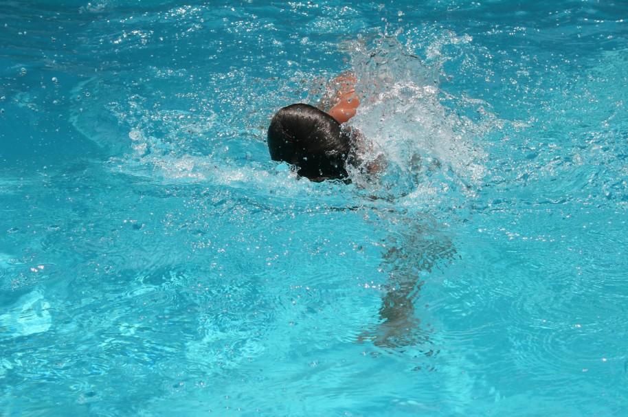 Niño nadando.