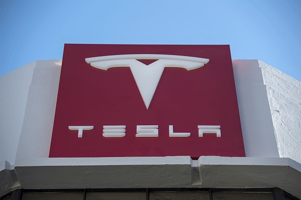 Logo Tesla en el showroom de San Francisco