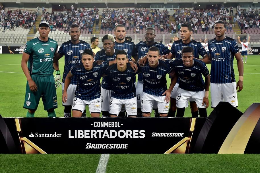 Independiente del Valle posa para la foto protocolaria en el inicio de la Copa Libertadores