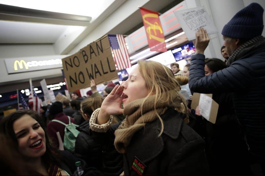 Siguen protestas en aeropuertos de Estados Unidos