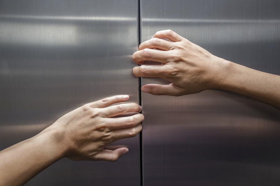 Mujer intenta evitar cierre de puertas de ascensor. Pulzo.com