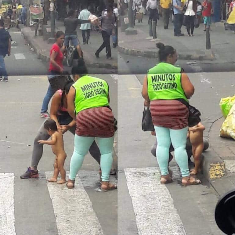 Imagen del niño bañado en la calle