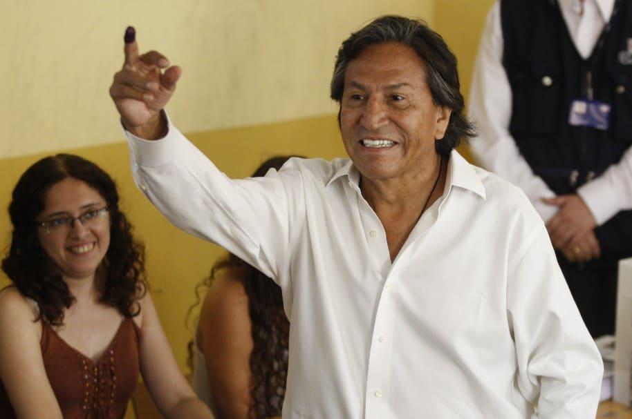 Alejandro Toledo vota durante las elecciones presidenciales en Perú