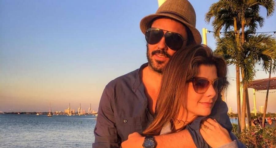 El actor Lincoln Palomeque y su novia, la presentadora Carolina Cruz.
