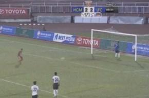 Arquero del Persitara se da la vuelta y deja que hagan gol.