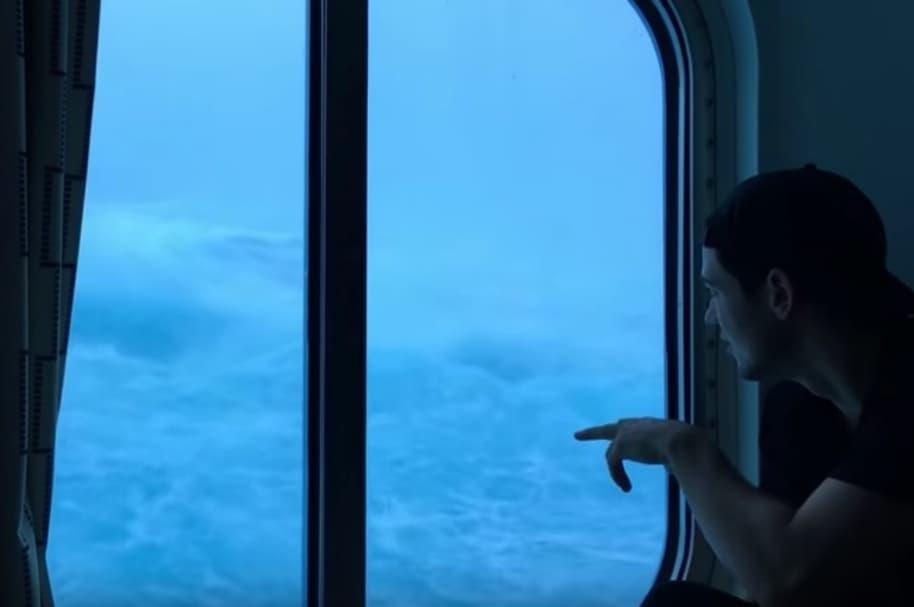 Gigante ola cubre un crucero.