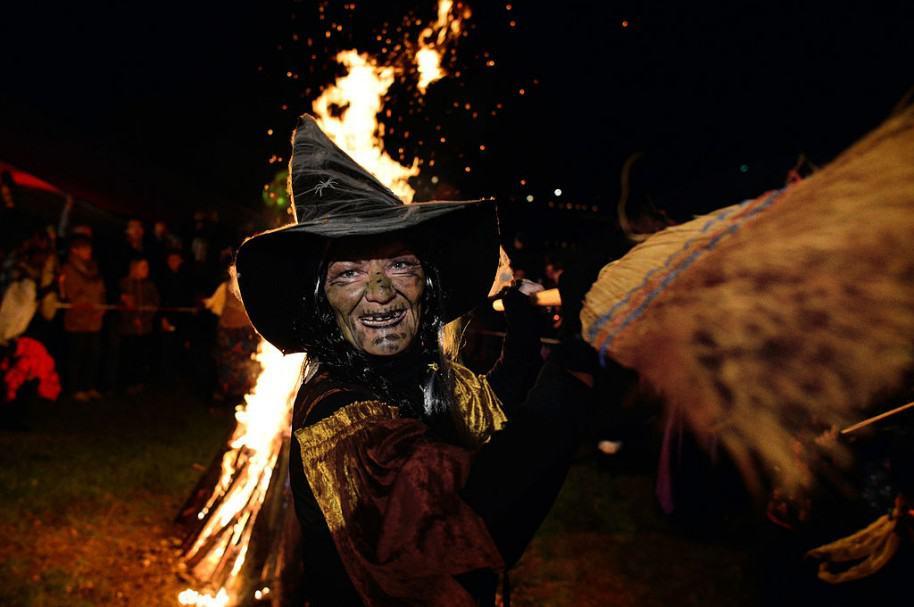 Mujer disfrazada de bruja. Pulzo.com