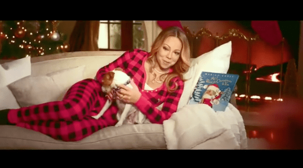 Mariah Carey anunciando su película 'All I want for Christmas is you'. Pulzo.com