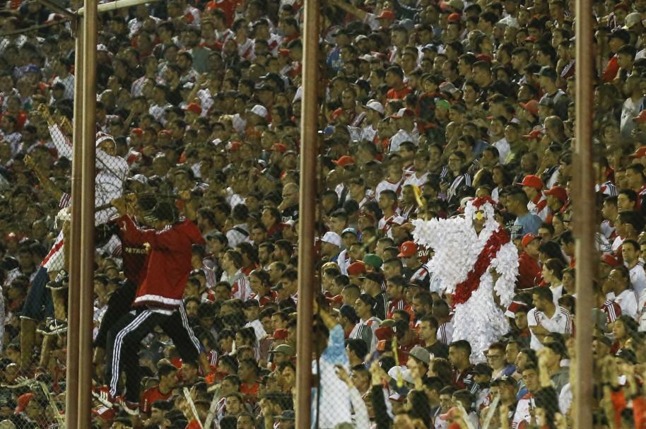 Hinchas de River Plate en la cancha de Lanús