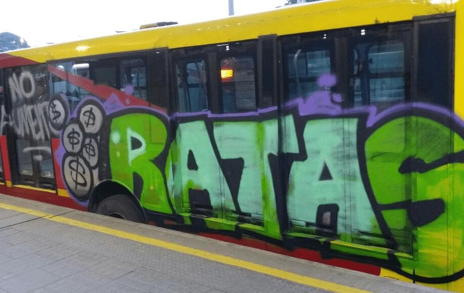 Biarticulado de Transmilenio pintado con un grafiti