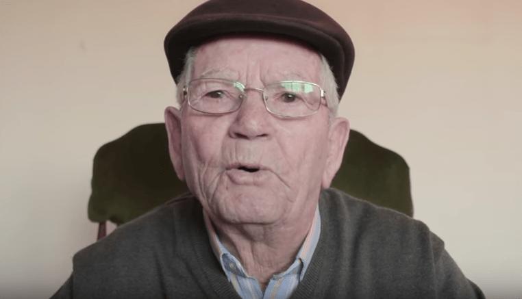 Anciano español que da la lección de vida a los jóvenes a través de un video.