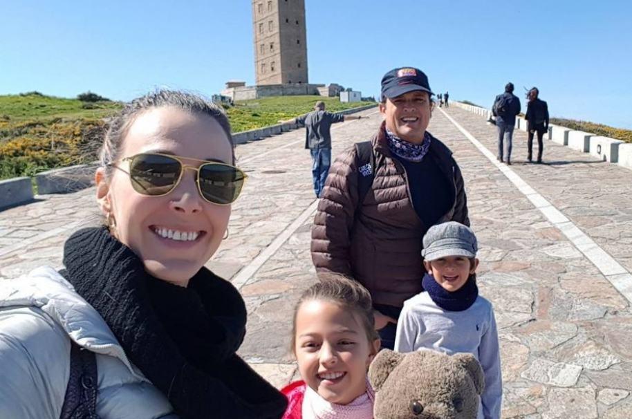 El cantante Carlos Vives junto a su esposa Claudia Elena Vásquez y sus hijos, Elena y Pedro.
