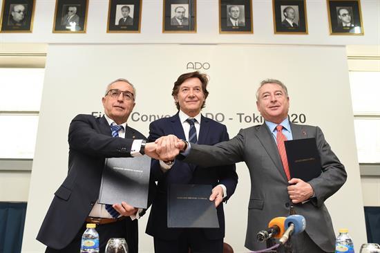 José Antonio Sánchez (derecha), en la firma de un convenio de RTVE