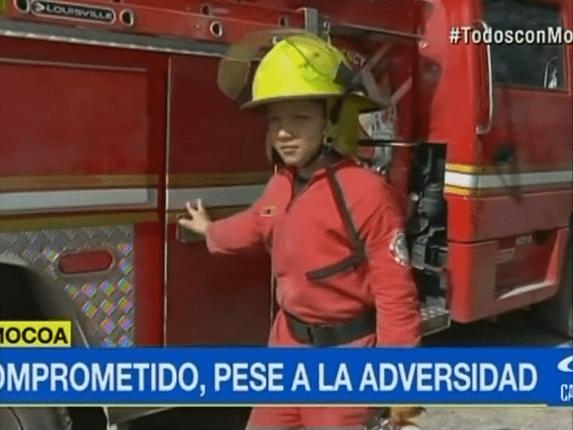 Wilmer Ríos, niño que trabaja con los bomberos de Mocoa. Pulzo.com