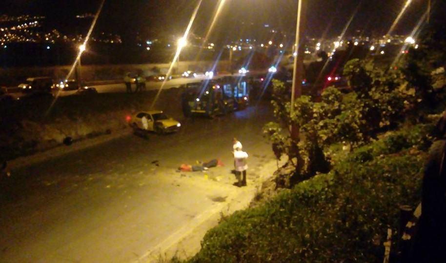 Taxi que cayó encima de dos mujeres en la Avenida Boyacá