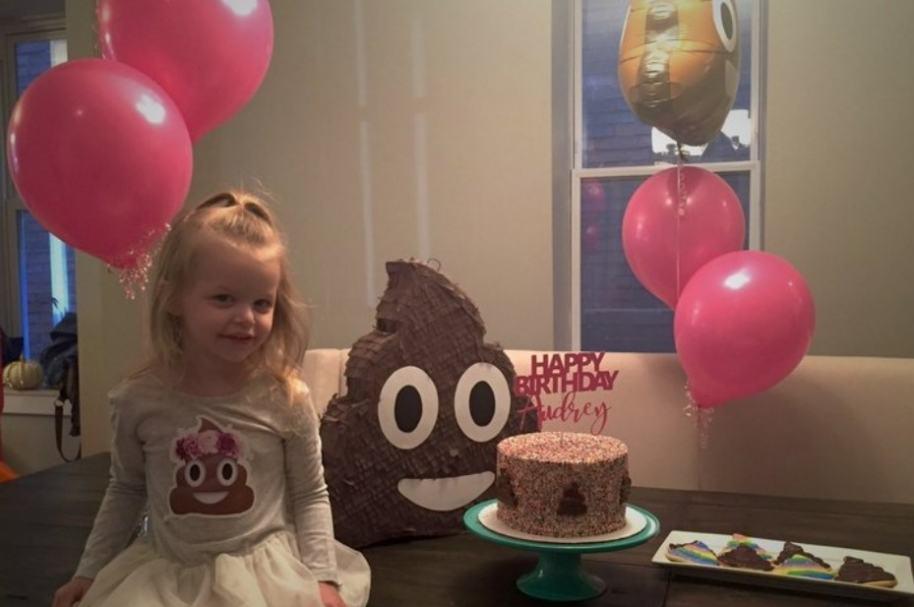 Niña pide fiesta inspirada en emoji de popó.