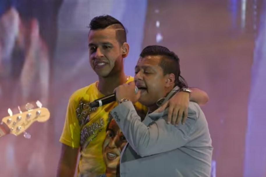 Martín Elías cantando junto a Rafael Santos.