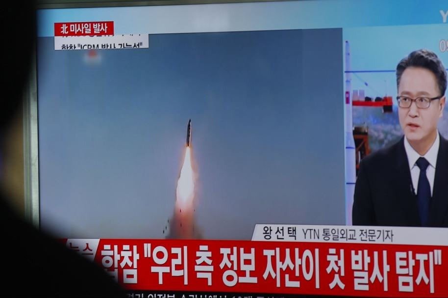 Surcoreanos ven en televisión el fallido lanzamiento de misil de sus vecinos