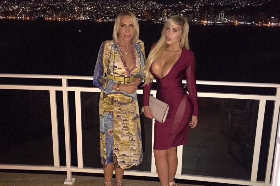 La presentadora Laura Bozzo y su hija Alejandra de la Fuente.