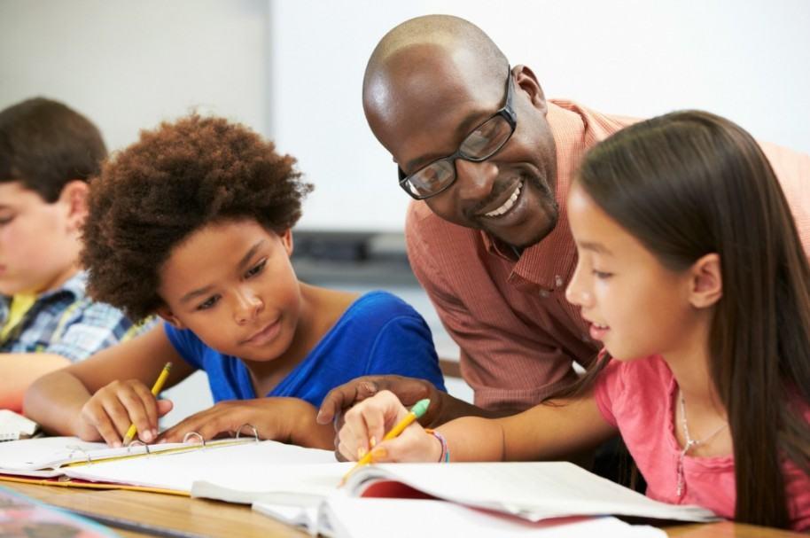 Profesor con sus estudiantes. Pulzo.com