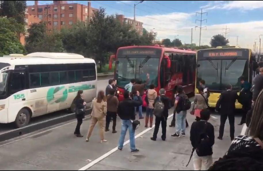 Bus de Transmilenio en estación Mazurén