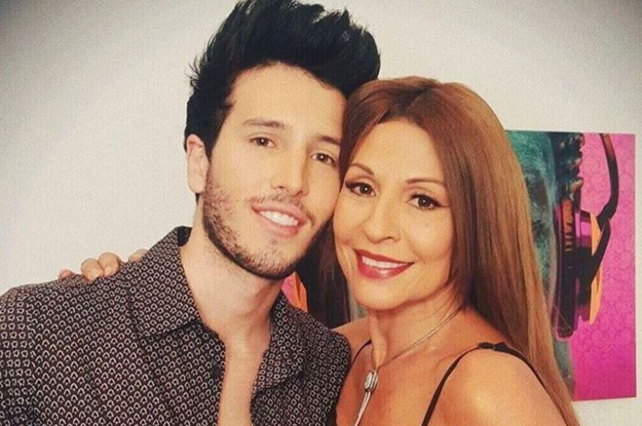 Sebastián Yatra, cantante, y Amparo Grisales, jurado de 'Yo me llamo'.