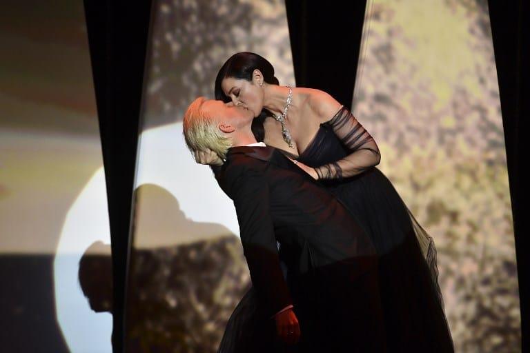 Monica Bellucci y Alex Lutz se besaron en el Festival de Cannes. Pulzo.com