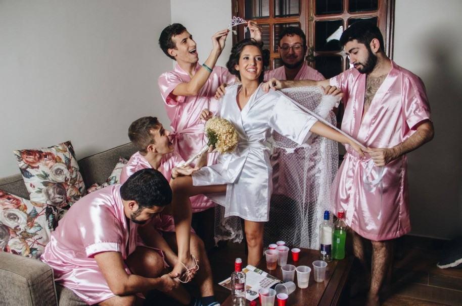 Sesión de fotos de la novia Rebeca Abrantes y sus amigos. Pulzo.com