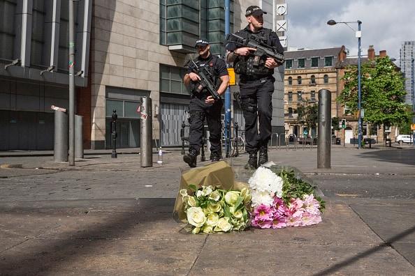 Policías y ofrendas luego de atentado en Manchester