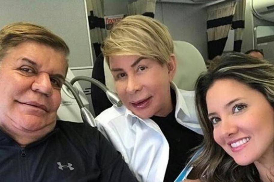 El estilista Norberto junto a su pareja Antonio Lozano, y a la presentadora Daniella Álvarez.