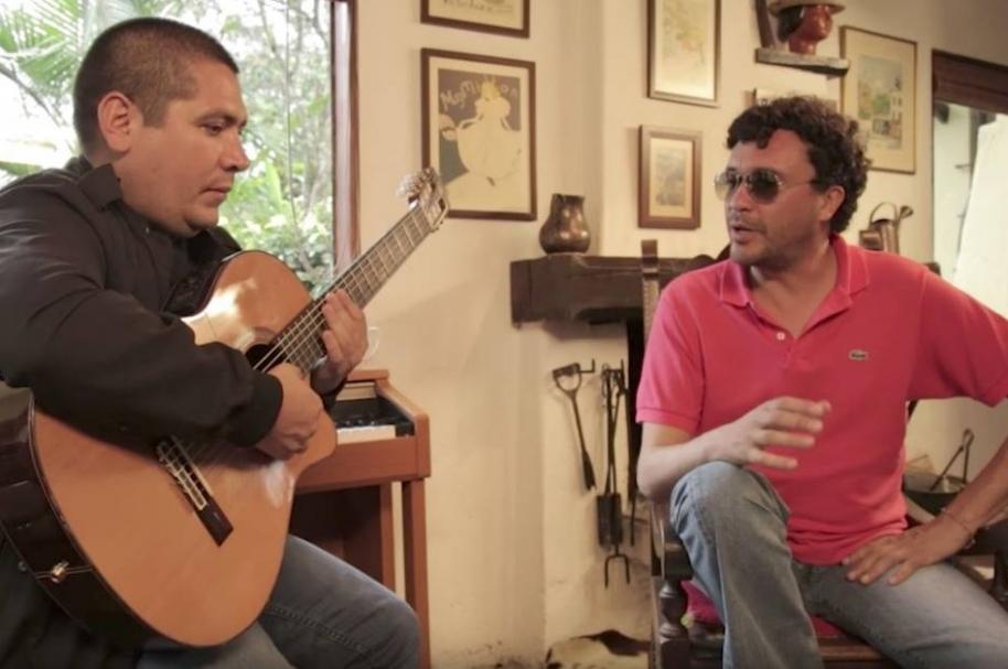 Andrés Cepeda y su guitarrista, D'artagnan.