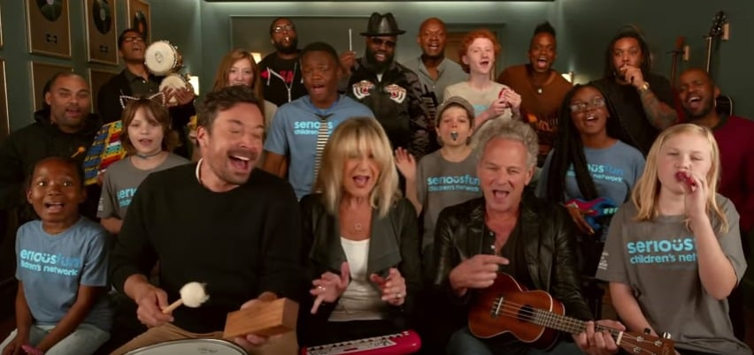Jimmy Fallon, Lindsey Buckingham y Christine McVie, de Fleetwood Mac, The Roots y varios niños haciendo el 'cover de 'Don't Stop'. Pulzo.com