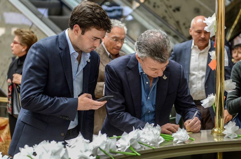 Presidente Juan Manuel Santos y su hijo Esteban, en un homenaje en el centro comercial Andino.