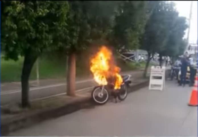 Moto incendiada en Cali
