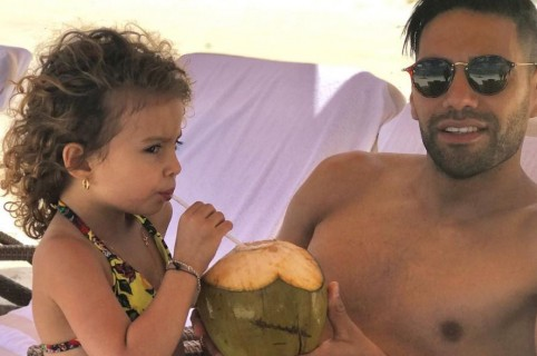 El futbolista Falcao García junto a su hija mayor, Dominique.