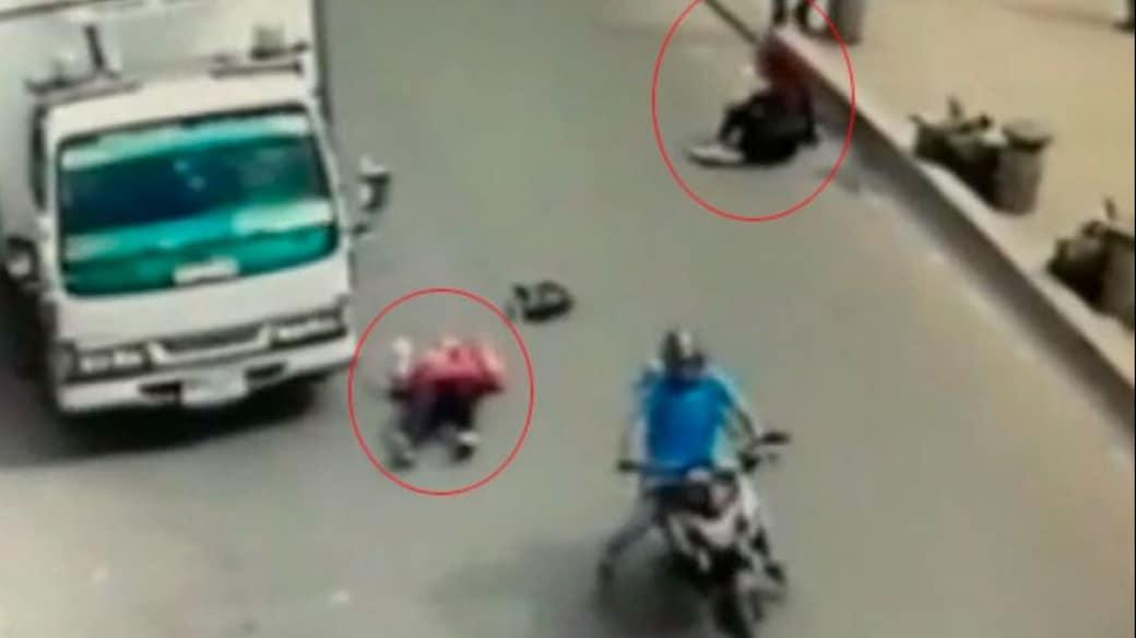 Momento en el que el motociclista arrolla a las mujeres