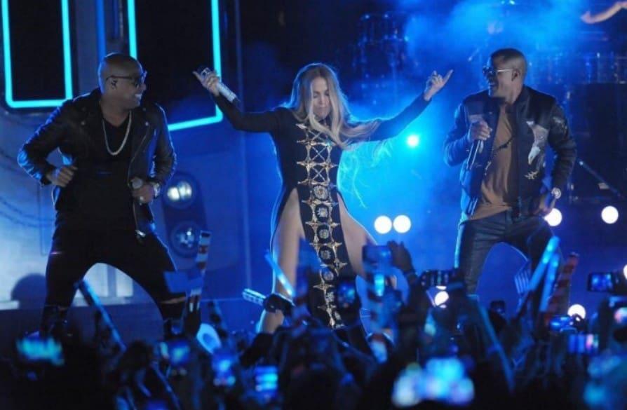 Jennifer lopez canta 39 sin ropa interior 39 con gente de zona for Rihanna sin ropa interior