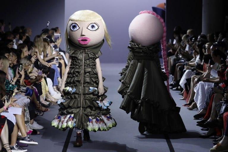 Modelos con máscara de muñeca. Pulzo.com