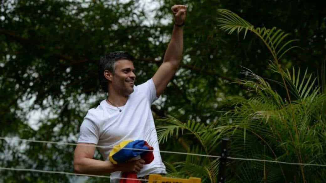Leopoldo López saluda.