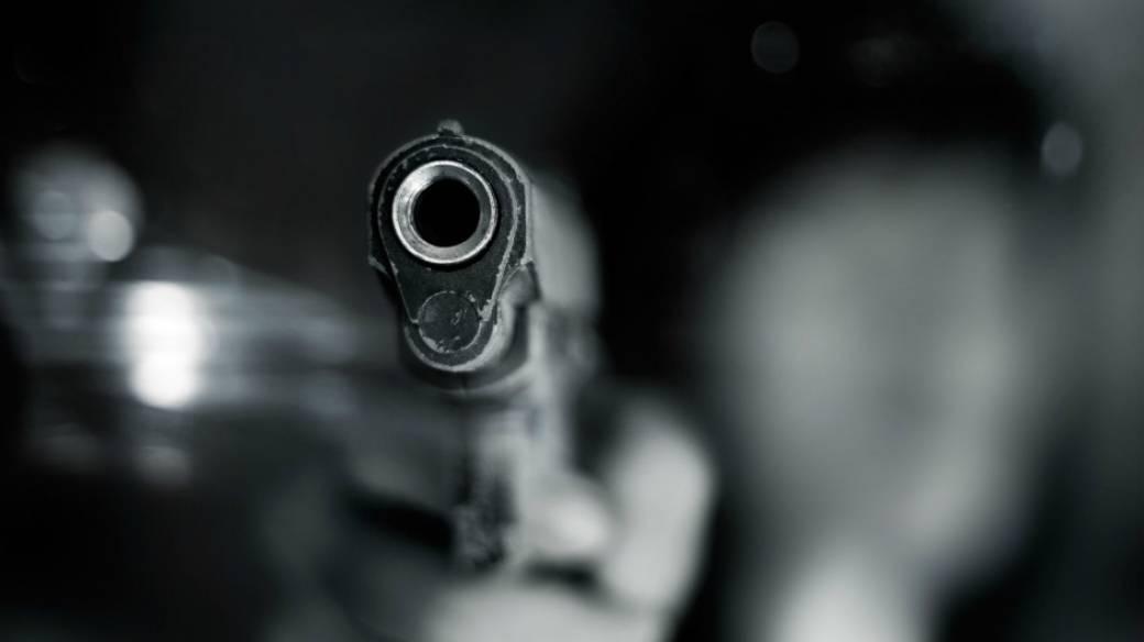 Hombre dispara.